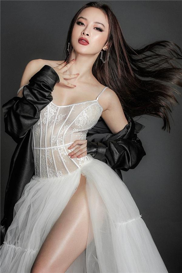 Angela Phương Trinh mong manh, nhẹ nhàng với sắc trắng kết hợp voan, ren xuyên thấu. Thiết kế trở nên ấn tượng hơn với đường xẻ tà sâu hun hút.