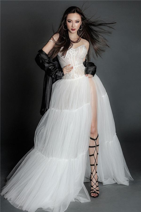 Tuy nhiên, đi kèm trang phục lại là áo khoác da và giày chiến binh mang đậm tinh thần của phong cách thời trang cá tính, mạnh mẽ.