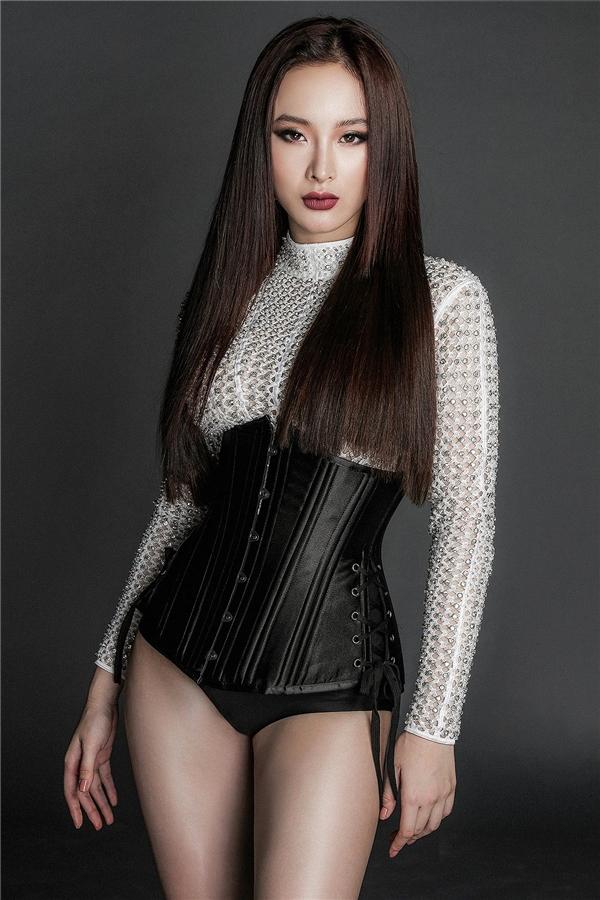 Đặc biệt trong bộ sưu tập này, Chung Thanh Phong gây ấn tượng mạnh với những thiết kế corset ôm sát vòng eo.