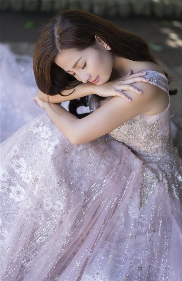 Ngoài ra, trong bộ ảnh cưới chính thức, Khánh Hiền cũng đã chiêu đãi khán giả một bữa tiệc thời trang thú vị với các thiết kế phồng xòe. Tông hồng tím, sắc trắng tinh khôi hay họa tiết chấm bi đều khắc họa rõ nét hình ảnh điệu đà, nữ tính, trẻ trung của nữ diễn viên.