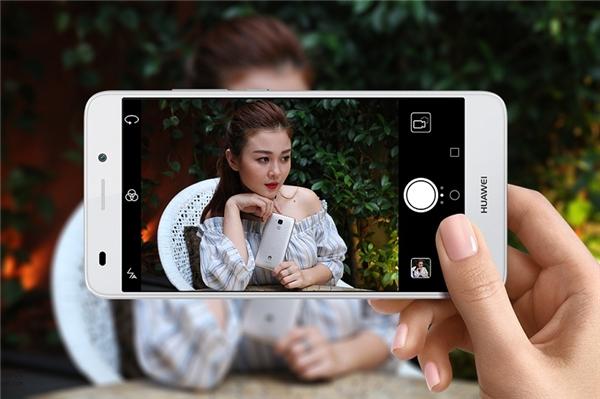 Bộ camera của Huawei GR5 mini có thể xem là khá cạnh tranh so với các đồi thủ cùng tầm.