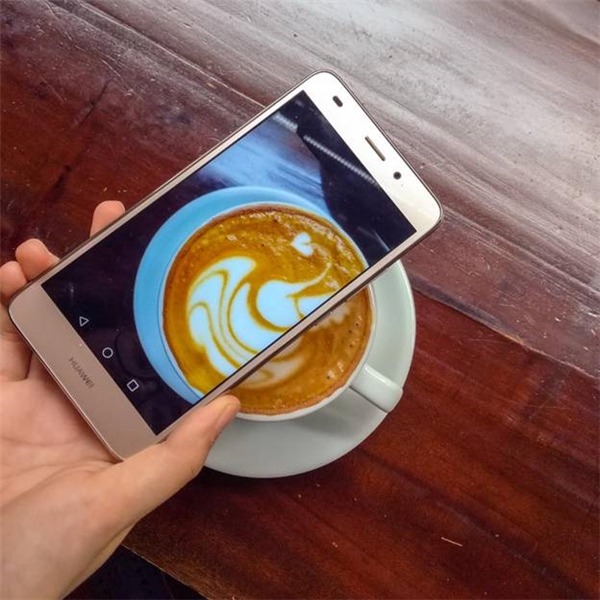 """Trong một số trường hợp đặc biệt, những chiếc smartphone như Huawei GR5 Mini còn được tích hợp Camera sau đến 13MP, hơn hẳn các đối thủ cùng phân khúc, sẵn sàng cùng bạn """"săn"""" những tấm ảnh có yêu cầu cao nhất."""