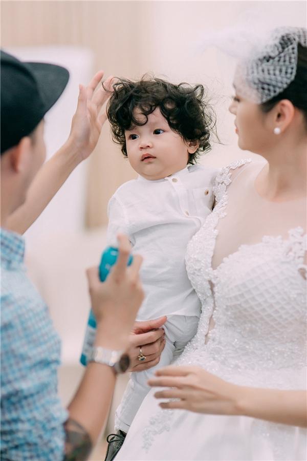 Á hậu Diễm Châu tái xuất trên sàn catwalk cùng con trai 1 tuổi - Tin sao Viet - Tin tuc sao Viet - Scandal sao Viet - Tin tuc cua Sao - Tin cua Sao