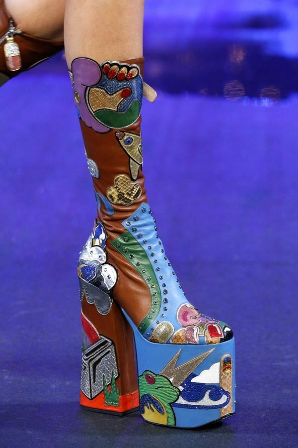 Dù thiết kế được thực hiện kì công, tỉ mỉ đến từng chi tiết nhưng đôi giày cao lênh khênh của Marc Jacobs chắc chắn sẽ không ai dám diện ra đường. Nếu có đi chăng nữa thì cái tên duy nhất là Lady Gaga.