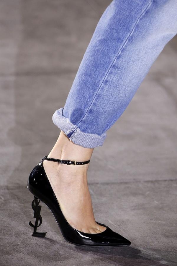 Ngay từ khi ra mắt trên sàn diễn, đôi giày cao gót mũi nhọn của YSL đã khiến các tín đồ thời trang, đặc biệt các cô gái thổn thức bởi vẻ ngoài thanh mảnh, sang trọng và phần gót được thiết kế độc đáo. Tuy nhiên, việc di chuyển và giữ thăng bằng với đôi giày hiệu này chắc chắn không dễ dàng.