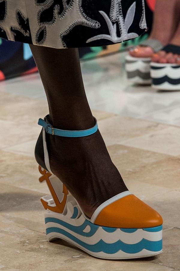 Acne và Thom Browne cùng cách điệu phần đế giày thành những chi tiết độc đáo. Tuy nhiên, thiết kế của Thom Browne có thể dễ ứng dụng hơn bởi phần đế xuồng có bệ đỡ khá vững.