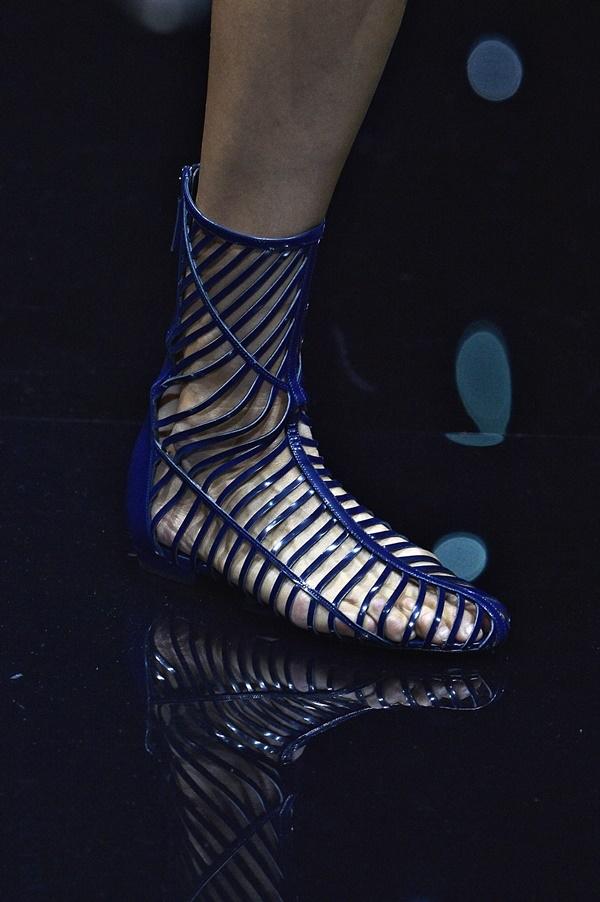 Ấn tượng nhưng rất dễ tạo cảm giác dị thường là những gì mà thiết kế sandal của Armani mang lại.