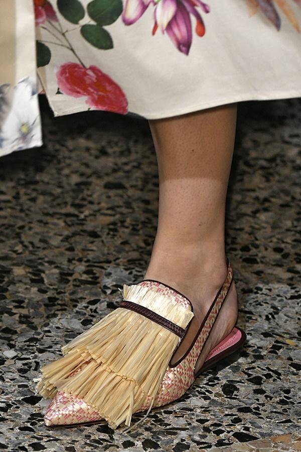 Thiết kế đính lông của Prada hay dây cói của Blumarine gây khó khăn trong việc bảo quản.