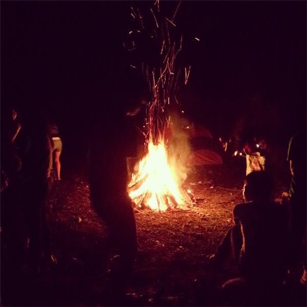 Đêm tới đốt lửa, nướng đồ, quây quần cùng lũ bạn thì còn gì bằng.(Ảnh: Internet)