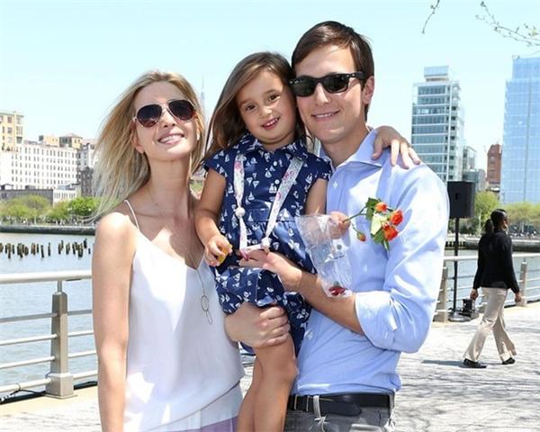 Ivanka Trumpkết hôn với doanh nhân Jared Kushner năm 2009. Hai năm sau, Ivanka sinh công chúa đầu lòng, đặt tên Arabella Kushner. Ảnh: Lipstick Alley.
