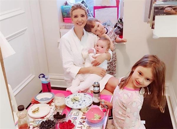 Gia đình nhỏ của cô con gái tứ 2 cũngrất hạnh phúcvới 3 thiên thần đáng yêu. Ảnh: Instagram.
