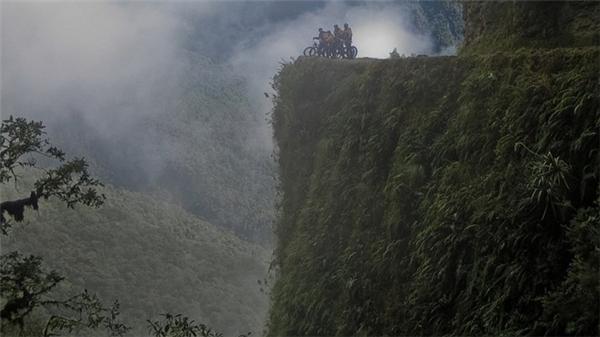 Con đường tử thần North Yungas ở Bolivia chạy dài 69,2 km từ La Paz tới Coroicocó 300 trường hợp tử vong mỗi năm vìmặt đường đất đá chỉ đủ một làn xe chạy.