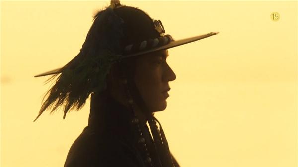 Người cá Jun Ji Hyun hỏi đường lên bờ, khoe tướng đứng bá đạo