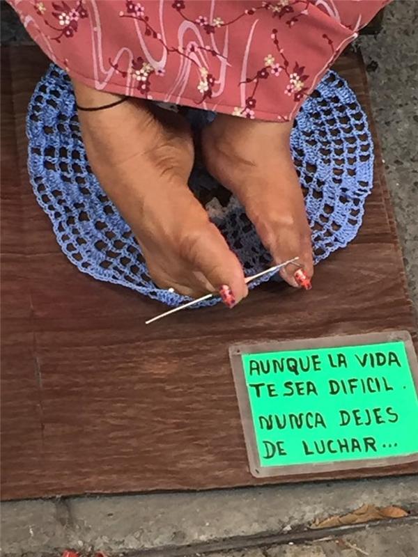 Bà Trini đã dùng đôi chân mình để thêu những sản phẩm len tuyệt đẹp.
