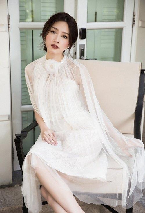 Trong bộ ảnh thời trang gần đây, Hoa hậu Việt Nam 2012 Thu Thảo diện váy hai dây ren bên trong kết hợp phần choàng bên ngoài bằng vải voan mỏng manh. Dù trang phục mang phong cách nhẹ nhàng, thanh lịch nhưng người đẹp 25 tuổi lại chọn tông trang điểm sắc lạnh của mùa Thu - Đông.