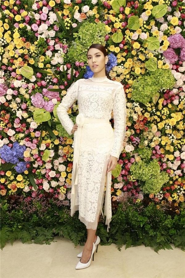 Lan Khuê khoe chân dài trong thiết kế xẻ tà táo bạo của Lâm Gia Khang. Phần trên của trang phục lại làm gợi nhớ đến những bộ váy cổ điển, thanh lịch.