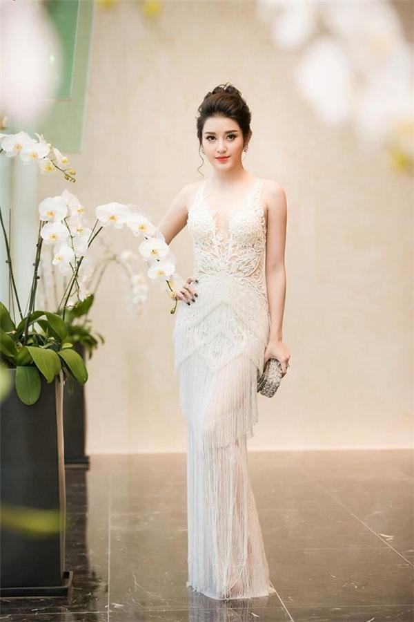 Hoa hậu, Á hậu Việt và cuộc cạnh tranh váy áo xuyên thấu trắng tinh