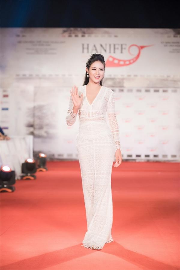 Hoa hậu Ngọc Hân diện váy ôm đơn giản trên thảm đỏ bế mạc Liên hoan Phim Quốc tế Hà Nội 2016.