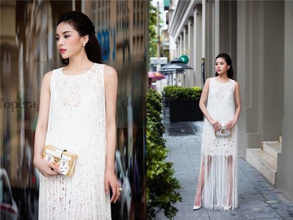 Kỳ Duyên trẻ trung, cá tính với váy phom rộng kết hợp chi tiết tua rua. Hình ảnh này của Hoa hậu Việt Nam 2014 khiến công chúng không tiếc lời khen ngợi.
