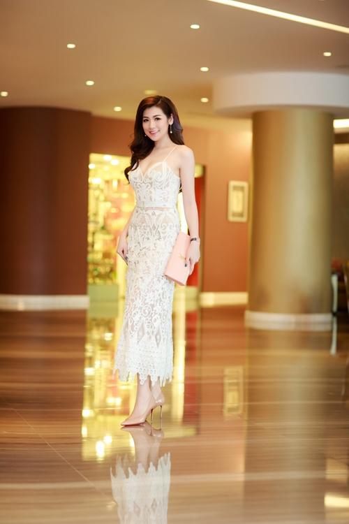 Á hậu Tú Anh duyên dáng, điệu đà với váy xòe trên gối; gợi cảm với thiết kế hai dây.