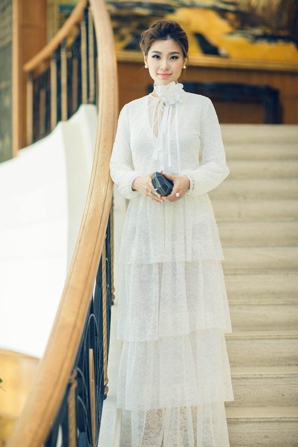 Trong khoảng thời gian mang thai, Á hậu Diễm Trang diện váy rộng với cấu trúc phân tầng nhằm che đi phần bụng to. Màu sắc của trang phục giúp người đẹp trông vẫn thanh mảnh.