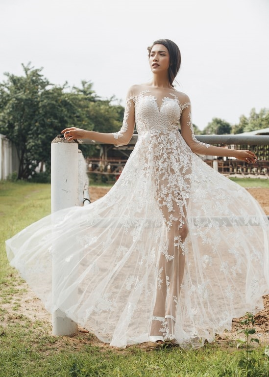 Á hậu Hoàn vũ Việt Nam 2015 Lệ Hằng hóa cô dâu trong ngày trọng đại với thiết kế phom xòe, xuyên thấu. Các chi tiết đều được đính kết thủ công.