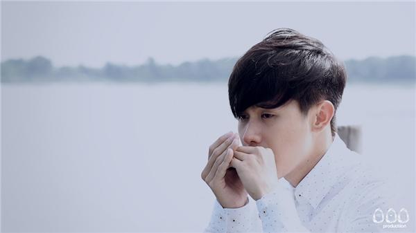 Nam diễn viên chính - Hui thổi kèn Harmonica đã gây xúc động không ít đối với người xem MV