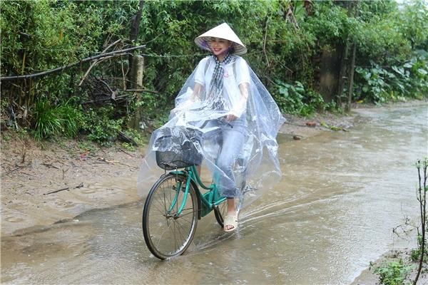 Hoa hậu Phạm Hương chạy xe đạp chở cụ già trong cơn mưa dầm - Tin sao Viet - Tin tuc sao Viet - Scandal sao Viet - Tin tuc cua Sao - Tin cua Sao