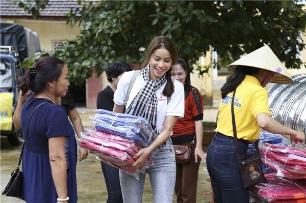 Trước đó, Hoa hậu Hoàn vũ Việt Nam 2015 đã có chuyến từ thiện rất xúc động tại Quảng Bình, nơi cũng chịu rất nhiều thiệt hại trong đợt mưa lũ vừa qua. - Tin sao Viet - Tin tuc sao Viet - Scandal sao Viet - Tin tuc cua Sao - Tin cua Sao