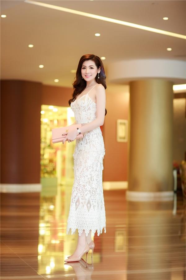 Hoa hậu Ngọc Hân tự tin khoe vai trần gợi cảm, đọ sắc bên Á hậu Tú Anh