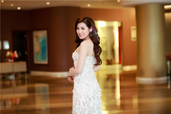 Thời gian gần đây, Tú Anhkhá đắt show chụp hình, quảng cáo và đại diện các nhãn hàng nhờ vẻ đẹp tròn đầy, làn da sáng trắng không tì vết.