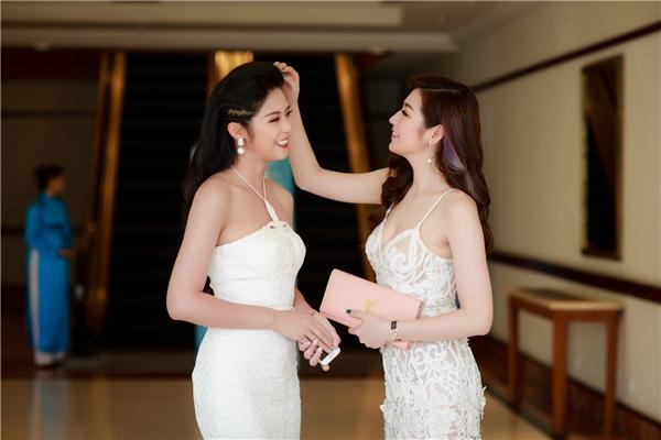 Tú Anh cẩn thận chỉnh sửa tóc lại cho chị gái trước khi bước vào sự kiện.