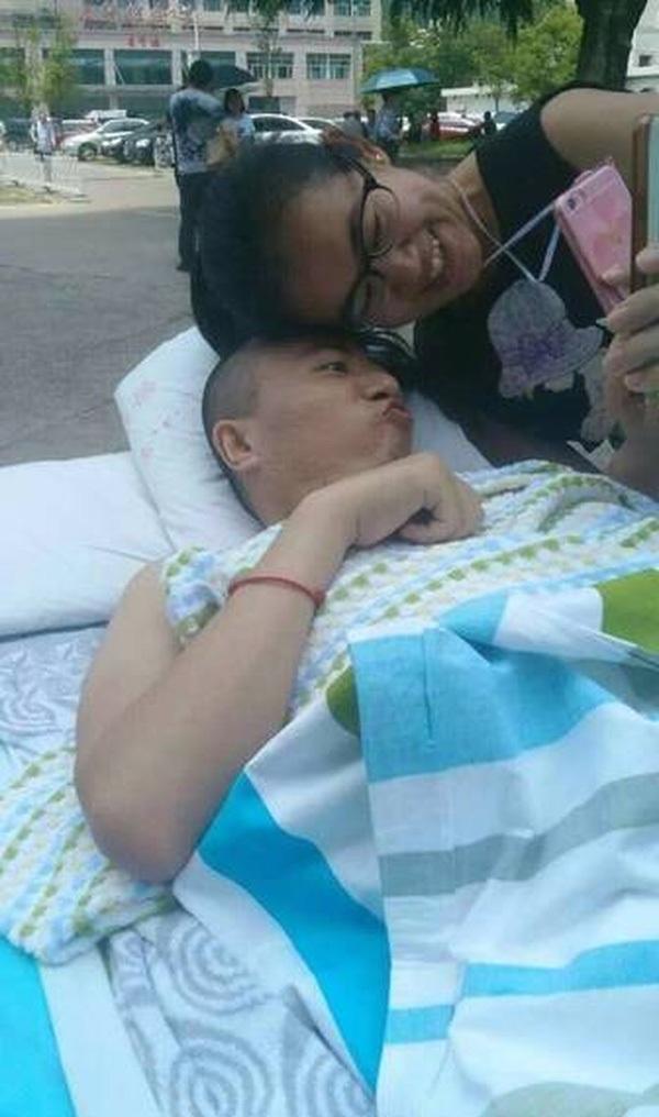 Cô gái trẻ vẫn luôn bên cạnh bạn trai của mình lúc bệnh tật.