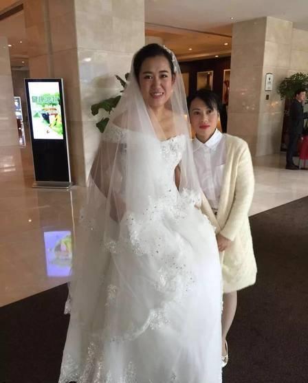 Cô dâu Vinh Sướng xinh đẹp trong lễ cưới của mình.