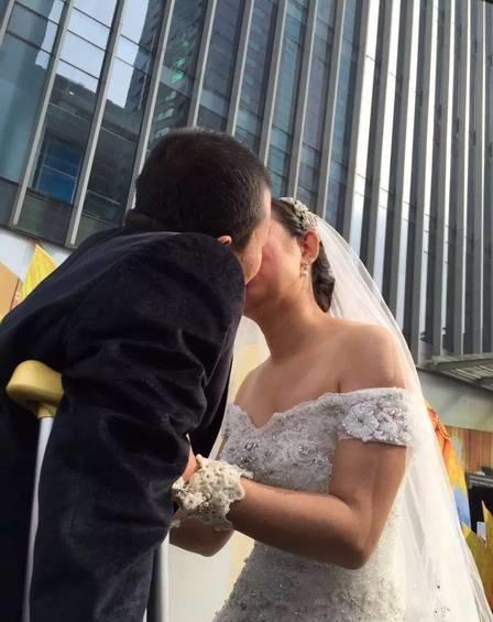 Câu chuyện tình kết thúc hạnh phúc đã khiến nhiều người xúc động.