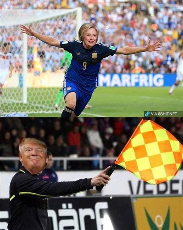 Dựa vào tình huốngHiguain không được công nhận bàn thắng trong trận chung kết World Cup 2014, các fan chế ngay hình ảnh Trump căng cờ việt vị không công nhận bàn thắng khi Clinton ghi bàn. (Ảnh: internet)