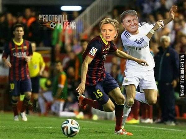 Có ảnh gốc là tình huống tranh chấp bóng giữaGareth Bale và Marc Bartra. Ảnh chế là màn chạy nước rút kinh điển giữa Trump và Clinton. (Ảnh: internet)