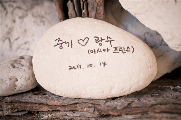 """Hòn đá """"định tình"""" của Song Joong Ki và Lee Kwang Soo"""