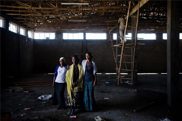 Trong ảnh là các nữ tù nhân cùng làm việc tại một nhóm xây dựng trong nhà tù.