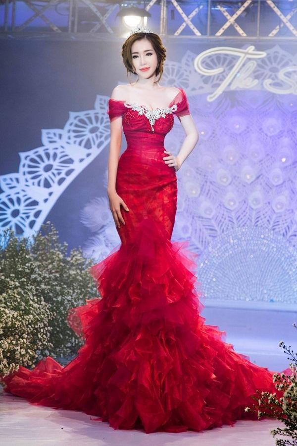 Elly Trần và hai hình ảnh khác biệt khi đảm nhận vai trò vedette cho nhà thiết kế Anh Thư: dịu dàng với áo dài truyền thống; gợi cảm, quyến rũ với váy dạ hội đuôi cá ôm sát khoe đường cong.