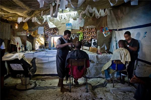 Trong ảnh là một tiệm cắt tóc của phạm nhân.