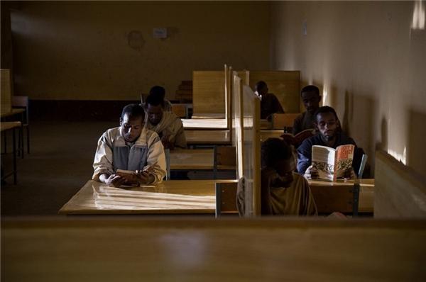 Đây chính là giáo vên chuyên nghiệp đang giảng bài tại một lớp học bên trong nhà tù với không khí rất thoải mái.