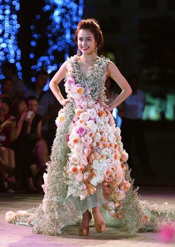 Chắc hẳn khán giả, người hâm mộ không thể quên lần catwalk hiếm hoi của Hoàng Thùy Linh với bộ trang phục được kết bằng hoa tươi của Lý Quí Khánh trên sàn diễn Elle show.