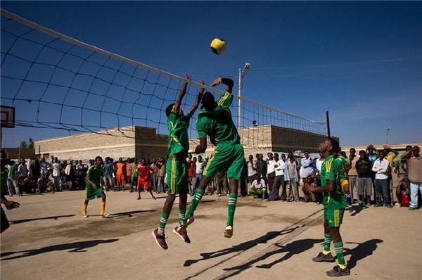 Giải thi đấu bóng chuyền cũng được tổ chức hai tháng một lần.