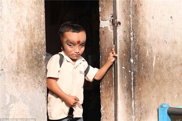 """Thay vì được vui chơi và học tập như bao đứa trẻ khác,Pranshu phải từng ngày sống trên danh nghĩa của""""một vị thần""""."""