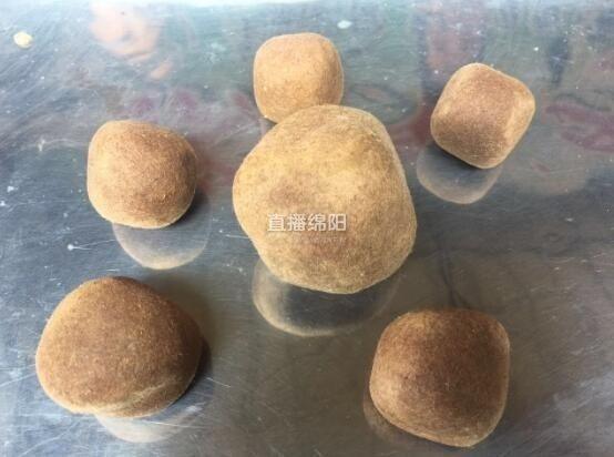 Sáu viên dương bảo của gia đình anh Trần có màu nâu sẫm,viên lớn nhất nặng khoảng 75 gram, viên nhỏ nhất khoảng 40 gram.