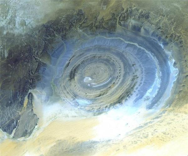 Đây là một trong những tạo hình bằng đá đặc thù nhất trên Trái Đất và nó được các trạm không gian 'yêu mến' gọi là 'con mắt bò' (bull's eye). Ảnh:NASA/GSFC/METI/Japan Space Systems, and U.S./Japan ASTER Science Team.