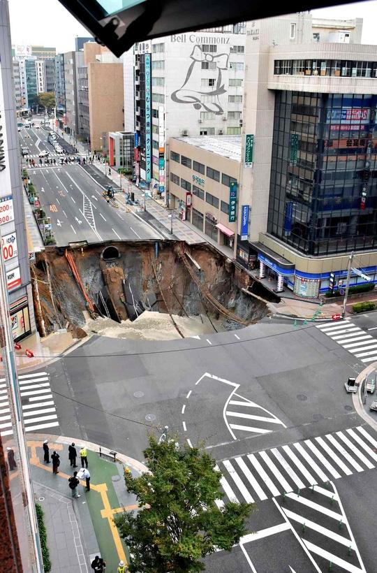 Cận cảnh hố tử thần tại TP Fukuoka,Nhật Bản. Ảnh: Kyodo.