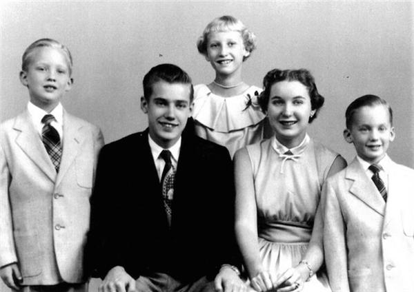 Cậu bé Donald Trump (ngoài cùng bên trái) cùng gia đình.
