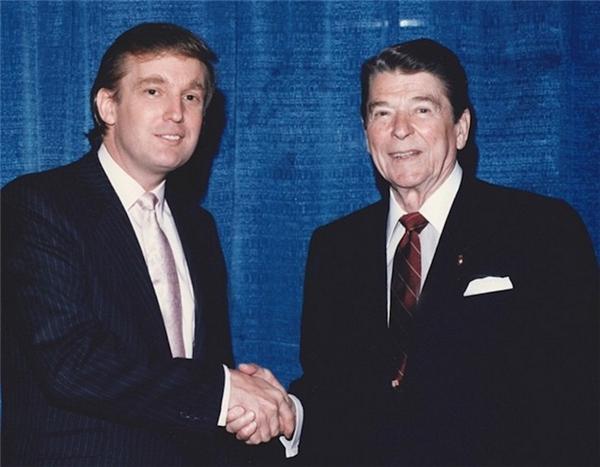 Cùng với Cựu Tổng thống Ronald Reagan vào khoảng những năm 1980.